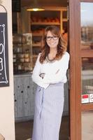 kleiner Ladenbesitzer an der Fassade stehend foto