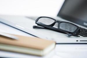 Büroarbeitsplatz mit Laptop und Stift foto