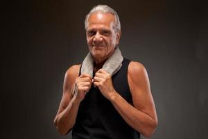 älterer Mann, der mit einem Handtuch aufwirft foto