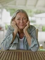 glückliches Porträt der älteren Frau foto
