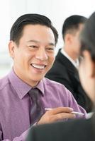 fröhlicher Geschäftsmann foto