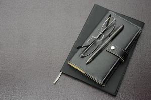 Geschäftsgegenstände, Brille, Stift und persönlicher Organizer foto
