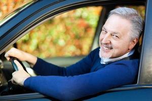Mann fährt sein Auto foto