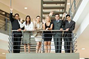 Geschäftsleute winken auf der Treppe