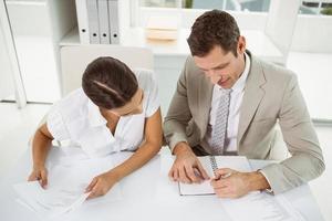 Geschäftsleute mit Tagebuch im Büro foto