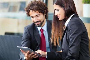 Geschäftsleute, die ein digitales Tablet verwenden
