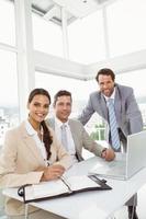 Geschäftsleute, die Laptop im Büro benutzen foto