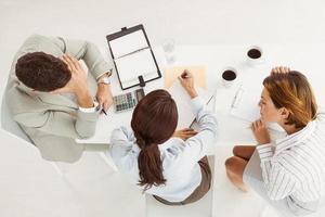 Geschäftsleute beim Treffen im Büro foto