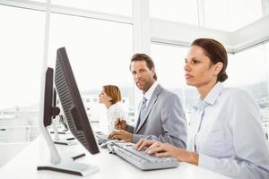 Geschäftsleute, die Computer im Büro benutzen