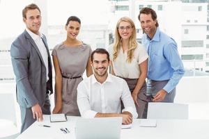 Porträt von Geschäftsleuten im Büro foto