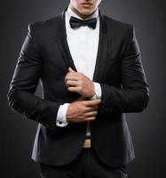 Geschäftsmann im Anzug auf einem dunklen Hintergrund foto
