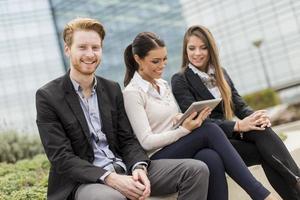 junge Geschäftsleute im Freien