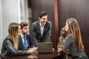 Gruppe von multiethnisch beschäftigten Menschen, die in einem Büro arbeiten