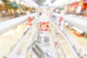 abstrakte verschwommene Manny-Leute, die im Kaufhaus einkaufen. Busi