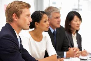 Geschäftsleute im Büro foto