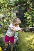 kleines Mädchen, das Spaß auf Schaukel hat