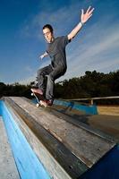 Skateboarder auf einem Grind foto