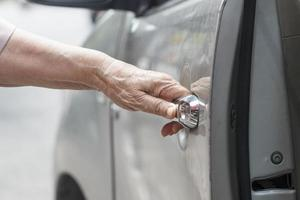 ältere Frau offene Autotür