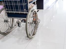 Nahaufnahme des älteren Mannes auf Rollstuhl im Krankenhaus