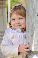 kleines Mädchen in der Nähe der Säule foto