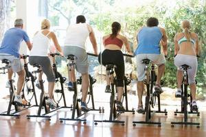 Gruppe von Menschen in der Trainingsklasse im Fitnessstudio in Sportbekleidung foto