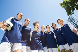 hübsche Fußballspieler, die in die Kamera lächeln