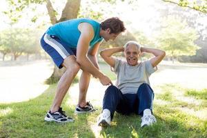 fröhliches Seniorentraining mit einem Trainer