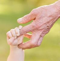 Hände alter Mann und ein Kind foto