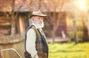 Bauer draußen in der Natur foto