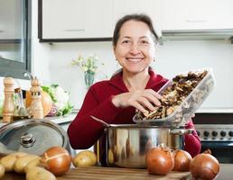 Frau hält getrocknete Pilze foto