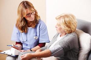 häusliche Pflegekraft mit älterer Frau foto
