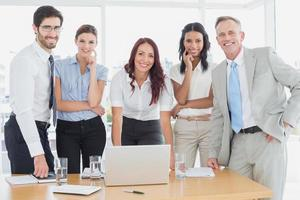 Geschäftsleute, die in die Kamera lächeln foto