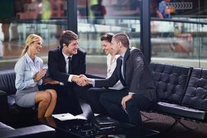 Geschäftsleute in einer Besprechung im Büro foto