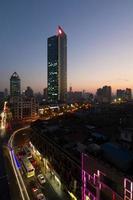 Shanghai Stadtstraße in der Abenddämmerung
