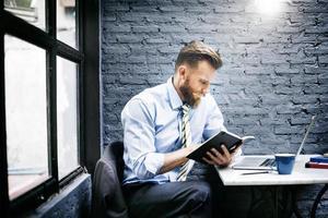 Geschäftsmann denkende Planungsstrategie, die Laptop-Konzept arbeitet foto