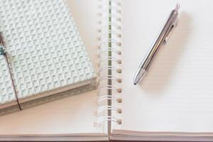 Stift und Greencover-Notizbuch mit Spiralblock foto