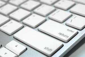 Schließen Sie die Tastatur eines Computers foto