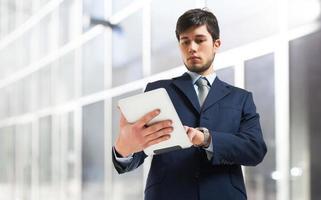 Geschäftsmann mit einem Tablet foto