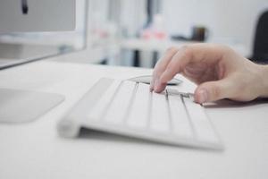Hand auf der Tastatur foto