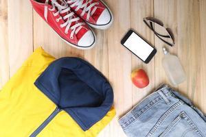 Outfit von Reisenden, Studenten, Teenagern, jungen Frauen oder Männern. Overhead foto