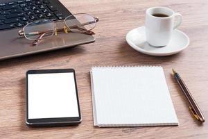 Notizbuch mit Brille, Bleistift, Smartphone und Kaffeetasse