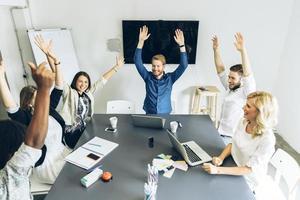 Gruppe von Mitarbeitern glücklich, wenn das Ziel erreicht ist foto