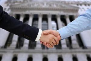Bild eines festen Händedrucks zwischen zwei Kollegen im Büro foto