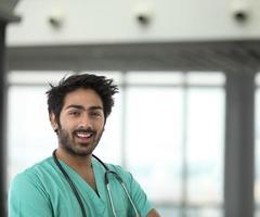 männlicher indischer Gesundheitshelfer, der ein grünes Peeling trägt.