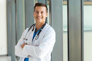 Mediziner, der in die Kamera schaut