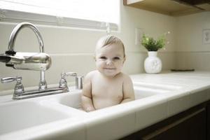 süßes Baby im Waschbecken