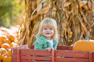 kleines Mädchen in einem Wagen foto