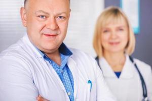 Porträt von zwei glücklichen reifen Ärzten.