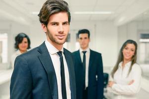 Unternehmensleiter, der Kamera in Arbeitsumgebung betrachtet