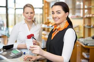 Kunde im Laden, der an der Registrierkasse bezahlt foto